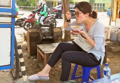 Sensasi 5 Artis Cantik Makan di Warung Kaki Lima Sambil Tenteng Tas Mewah