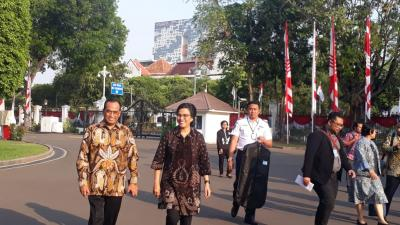 Pakai Batik, Sri Mulyani dan Budi Karya Jalan Bareng ke Istana