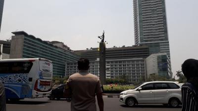 Polisi Ancam Turunkan Paksa Dua Orang yang Panjat Patung Bundaran HI