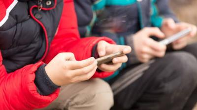 Ini Bahayanya Bila Orangtua Jadikan Ponsel sebagai 'Babysitter' untuk Anak