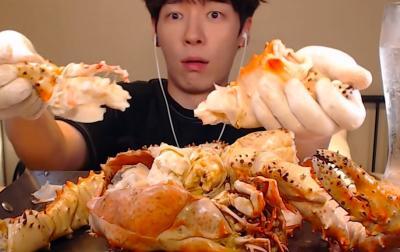 Mukbang Kepiting Raksasa 4 kg, Cara Makan Vlogger Ini Bikin Ngiler