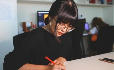 Pegawai Wanita di Jepang Dilarang Pakai Kacamata saat Bekerja