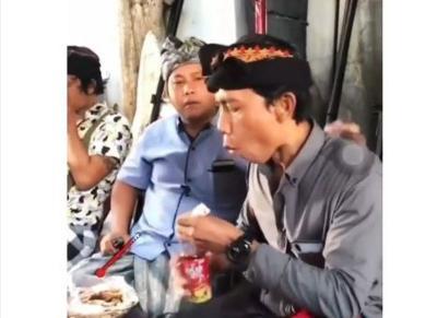 Viral Ekspresi Kocak Bapak-Bapak saat Makan Hidangan Panas