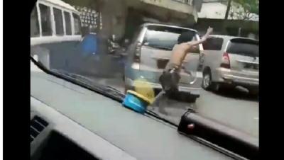 Viral Aksi Heroik Orang dengan Gangguan Jiwa Tolong Ambulans yang Terjebak Macet