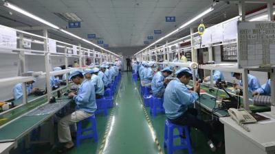 Karyawan Pabrik Headphone di China Bisa Tidur Setelah Makan Siang