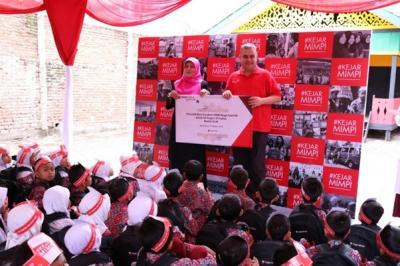 KejarMimpi CIMB Niaga Bagikan Tabungan untuk Siswa SD di Aceh