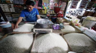 Pemprov DKI Bagikan Kartu Pedagang untuk Penjual Beras di Cipinang