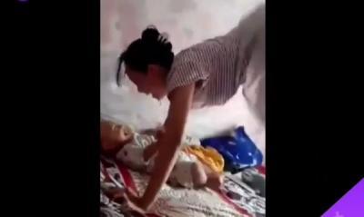 Demi Membuat Bayinya Tertawa, Mamah Muda Ini Menggila di Atas Kasur