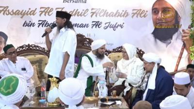 Setelah UAS-Kiai Hasan, Giliran Habib Ali-Kiai Anwar yang Berbagi Minuman