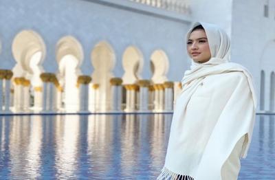 Cantiknya Raline Shah Berhijab Saat Sambangi Masjid Agung Sheikh Zayed