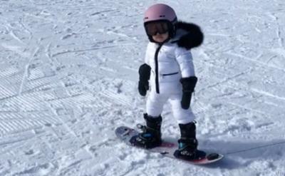 Kylie Jenner Senang Anak Bisa Meluncur di Atas Salju