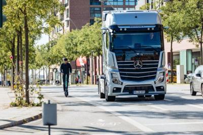 Ciptakan Teknologi Baru, Mercedes Benz Jamin Pengendara Otoped Aman di Jalan