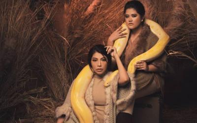 Photoshoot Kahiyang Ayu dan Dokter Irene Pegang Ular Sanca, Liar Banget!