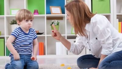 5 Akibat Kalau Orangtua Sering Marahi Anak di Tempat Umum