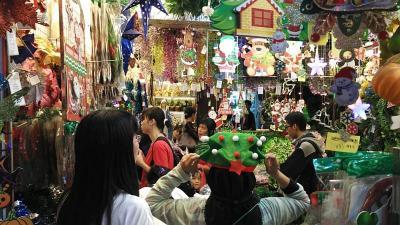 Intip Gurihnya Bisnis Pernak-pernik Natal