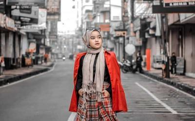 4 Outfit Kotak-Kotak Bernuansa Merah untuk Mencerahkan Hari Mendungmu