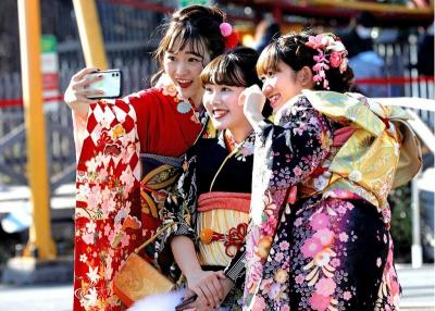 Potret Muda-mudi Jepang Pakai Kimono Warna-warni Rayakan Hari Kedewasaan