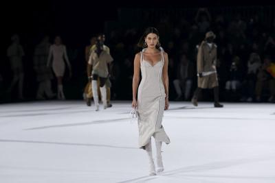 Paris Fashion Week 2020, Gigi Hadid Tampil Menggoda dengan Dress Belahan Tinggi