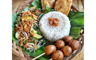 Mantapnya Hidangan Nasi Pecel Lengkap dengan Sate dan Gorengan