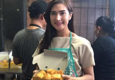 Pesona Amanda Nurani, Penjual Tahu Cantik Viral di Haji Nawi bak Model Professional