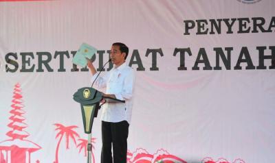 Presiden Bagi-Bagi Sertifikat Tanah: Jangan untuk Kredit Mobil atau Motor