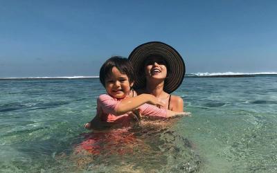Main di Pantai, Jessica Iskandar Tertawa Gemas Bareng El Barack