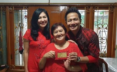Rayakan Imlek, Delon Thamrin Berikan Emas Batangan untuk Ibunda