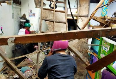 Rumah Tak Layak Huni di Bogor Ambruk, Nenek hingga Bayi Terluka