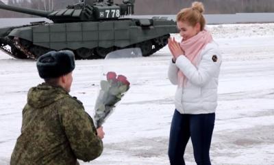 Aksi Romantis Perwira Angkatan Lamar Kekasihnya dengan Tank Militer