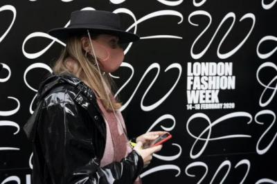 Dampak COVID-19, Masker Wajah Jadi Aksesori Unik di London Fashion Week