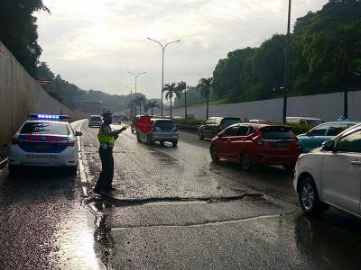 Hati-Hati, Ada Aspal Jalan Rusak di Tol Cilandak
