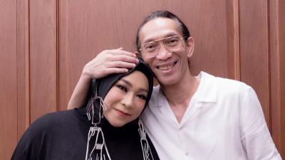 Kangen Manggung, Melly Goeslaw Pakai Kostum Show saat Diam di Rumah