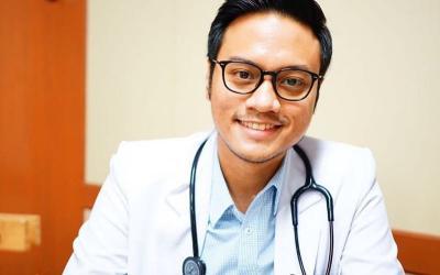 Dokter Ganteng Ini Minta Masyarakat Ikut Hentikan Proses Penyebaran COVID-19