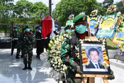 Jenazah Bob Hasan Dimakamkan Secara Militer di TMP Gatot Subroto