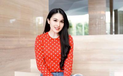 Aura Cantik Sandra Dewi Kian Terpancar dengan Outfit Polkadot