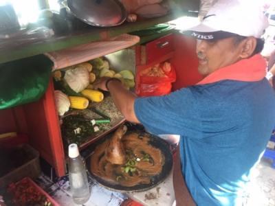 Keluh Kesah Pedagang Gado-Gado Sepi Pembeli di Tengah Pandemi Corona