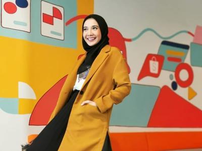 OOTD Hijab Cerah ala Zaskia Sungkar agar WFH Tetap Stylish