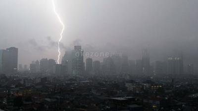 Waspada! Hujan Disertai Petir di Jaksel dan Jaktim Hari Ini