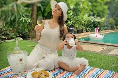 Bahagianya Farah Quinn Piknik Cantik di Halaman Rumah Mewahnya