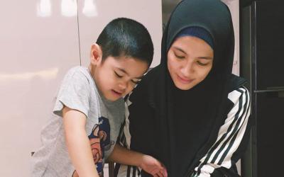 Bahagianya Alyssa Soebandono Masak Bareng sang Anak