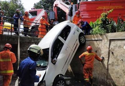 Hilang Kendali, Mobil Terjun ke Saluran Air di Kalisari Pasar Rebo