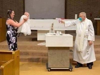 Aksi Lucu Pastor Pakai Pistol Air untuk Memberikan Sakramen Baptis