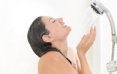Mandi dengan Gayung Vs Shower, Lebih Baik yang Mana?