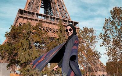 5 Inspirasi Fashion Hijab Serba Hitam ala Zaskia Sungkar