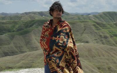 Senang Pakai Kain Nusantara, Ini 5 Gaya Keren Dwi Sasono