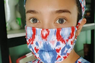 Pesona Dea Ananda Pakai Masker di Rumah, Matching Loh Sama Dasternya