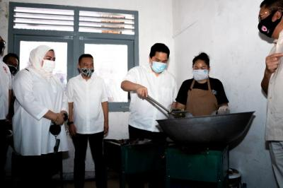 Kunjungi Posko Dapur Umum Satgas Covid-19, Erick Thohir: Masakannya Enak