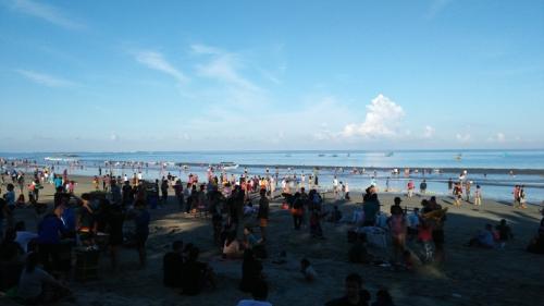 Wisatawan Lakukan Ritual Banyupinaruh di Pantai Kerobokan