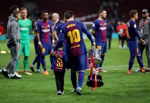 Messi bersama trofi Liga Spanyol