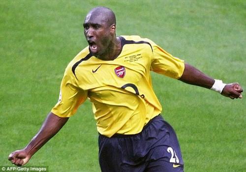 Sol Campbell hengkang secara kontroversial ke Arsenal